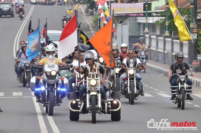 dimas_iringan-motor-clasic-di-jalanan-purwokerto_motor-besar-dan-antik-yang-tergabung-dalam-maci-motor-antik-club-indonesia-adakan-jambore-ke-21-di-purwokerto-banyumas-11